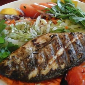 Zöldfűszeres grillezett makréla