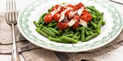 Zöldbab grillezett koktélparadicsommal, parmezánnal