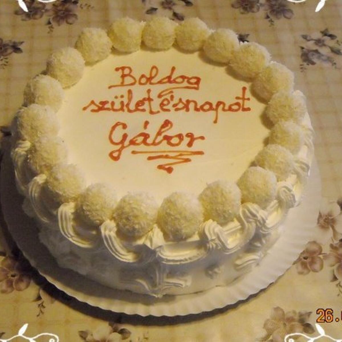 Ezen a képen: Raffaello torta ahogy Nikóka készíti