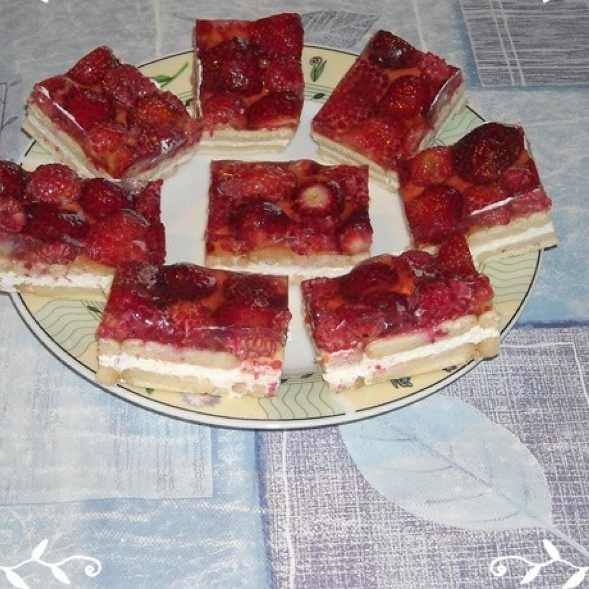 Ezen a képen: Málnás-epres tejfölös szelet