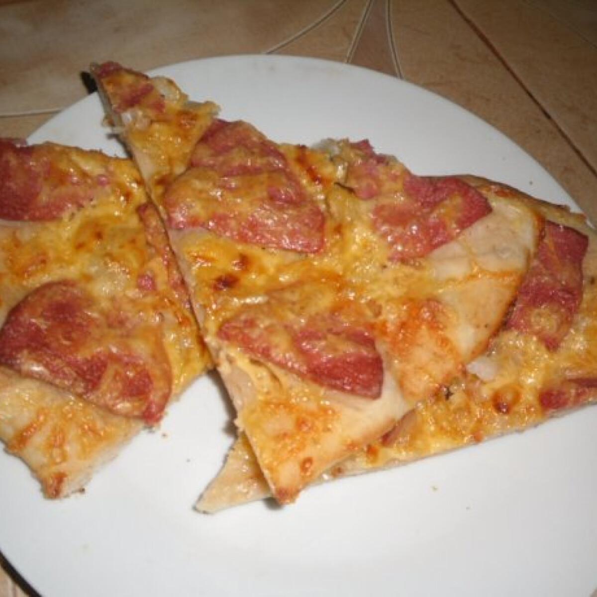 Ezen a képen: Pizza ahogy Kisvikica készíti