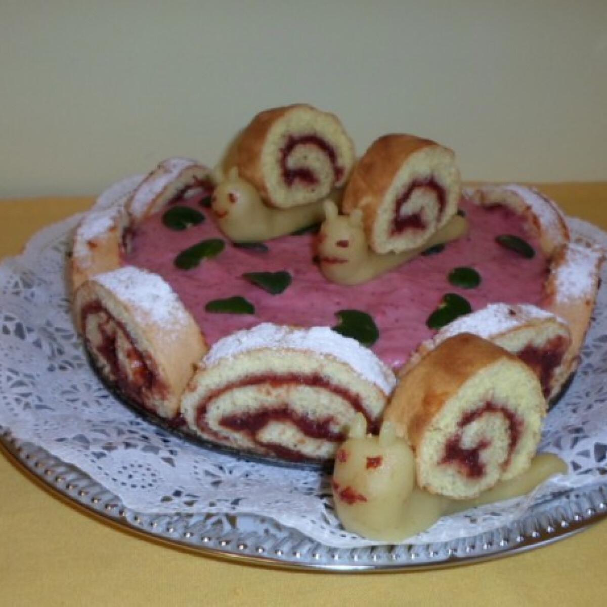 Ezen a képen: Epres charlotte torta marcipán csigákkal
