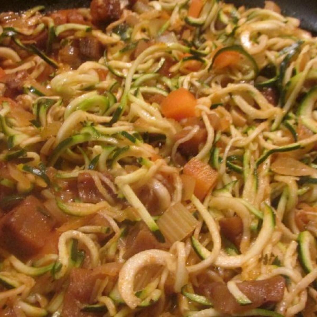 Ezen a képen: Cukkinispagetti vegetáriánus bolognai módra