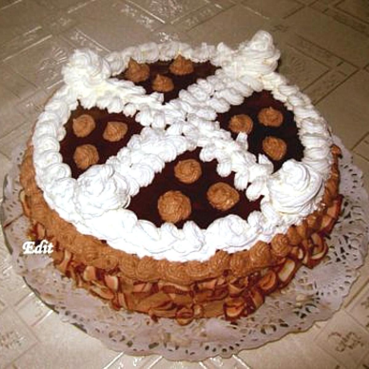 Ezen a képen: Tejszínes-csokoládés torta Edit konyhájából