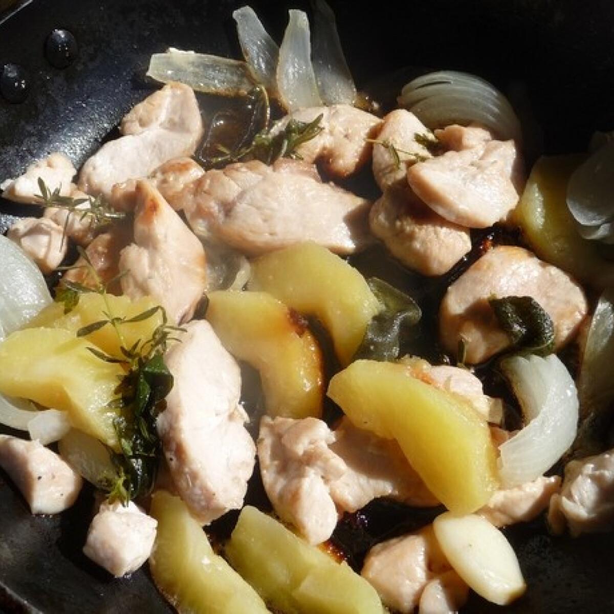 Ezen a képen: Almás csirkemell ahogy Zsuzsa készíti