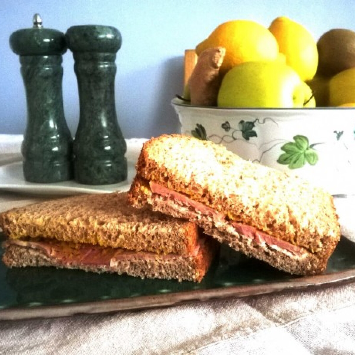 Ezen a képen: Sonkás mustáros szendvics