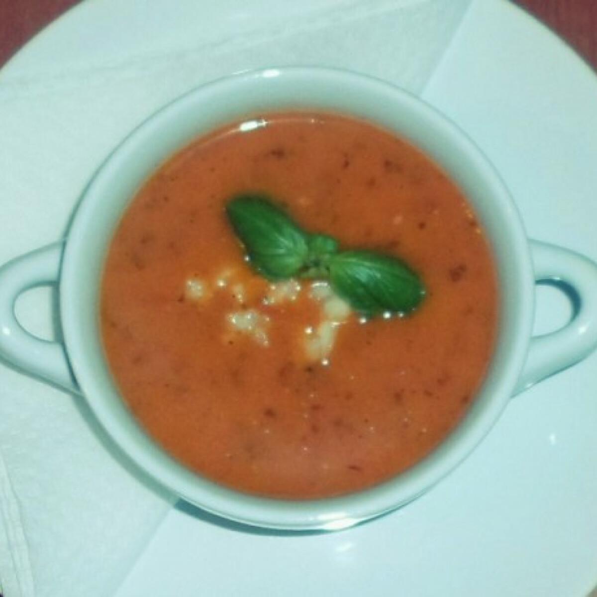 Fokhagymás-bazsalikomos sültparadicsom-leves
