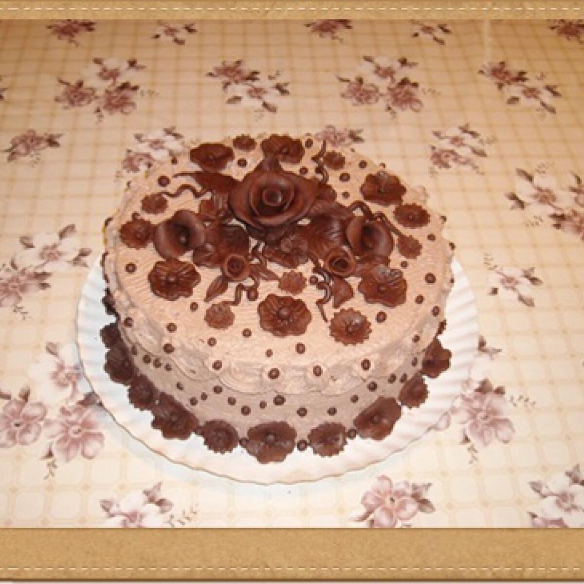 Ezen a képen: Tejszínes csokitorta csokidíszekkel