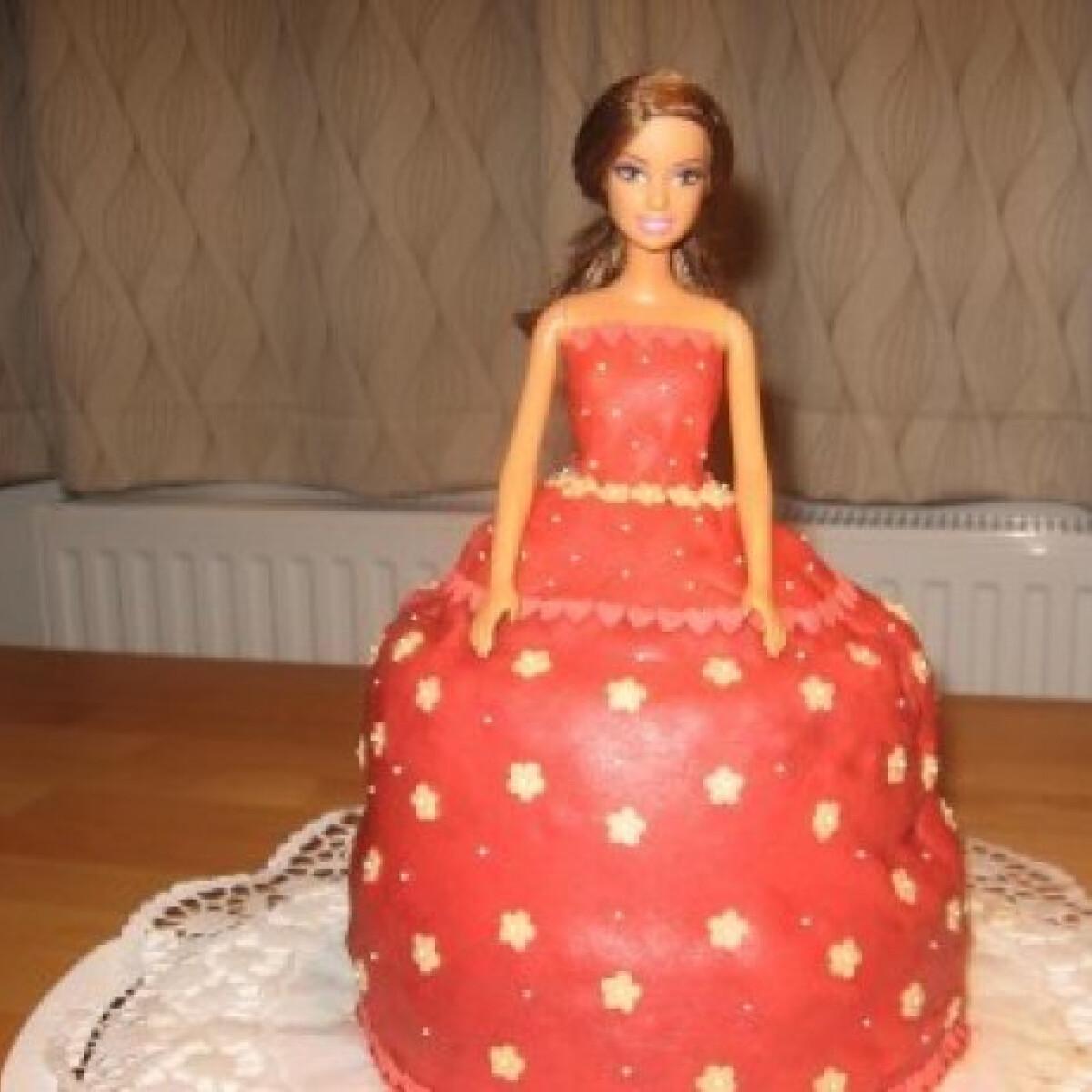 Ezen a képen: Barbie torta 3.- krém nélkül