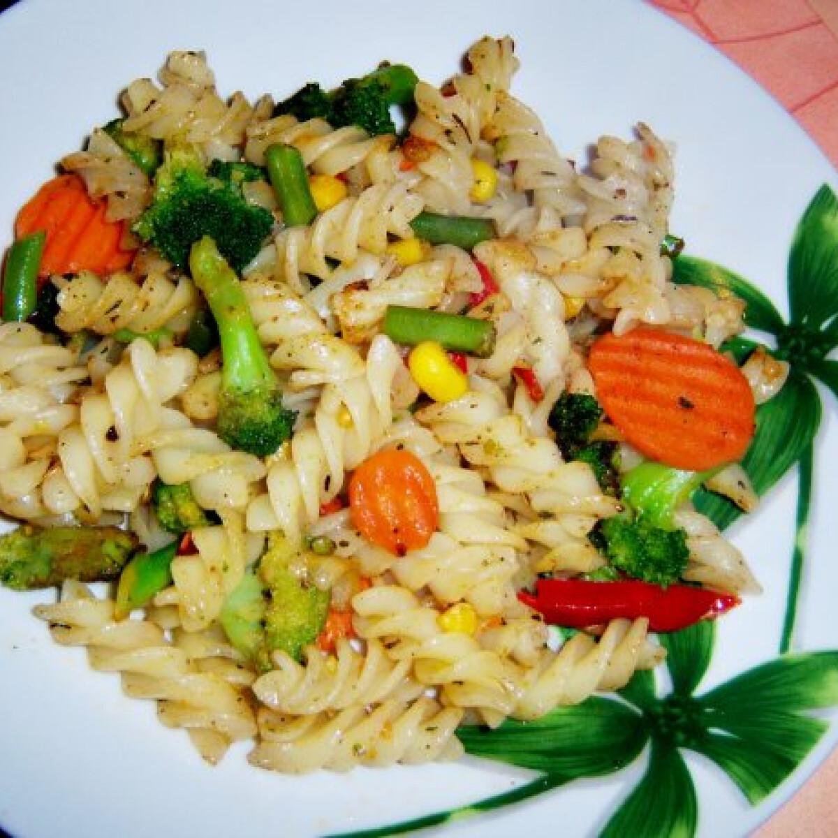 Ezen a képen: Zöldség mix-es tészta