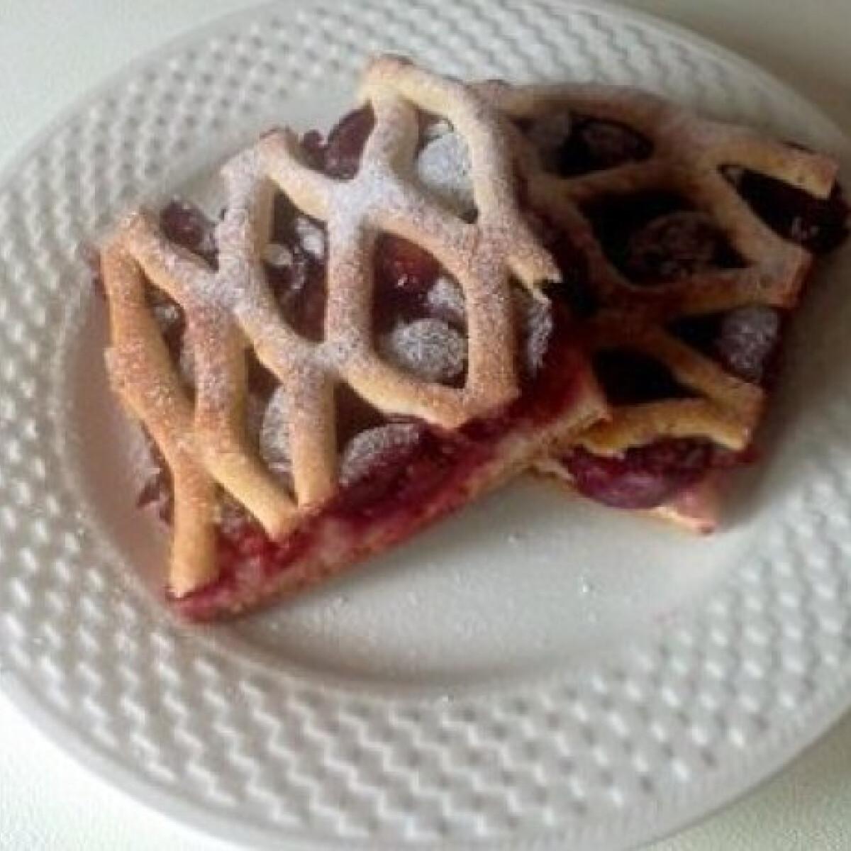 Ezen a képen: Rácsos meggyes kelt pite