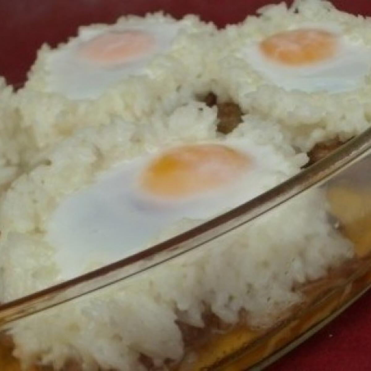 Ezen a képen: Karajszeletek rizskoszorúban sült tojással