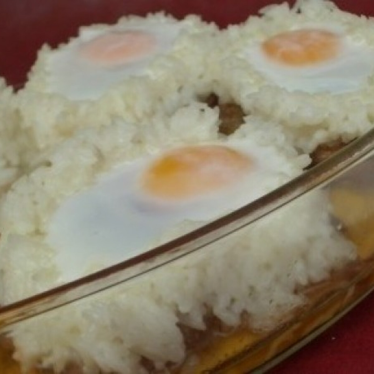 Karajszeletek rizskoszorúban sült tojással