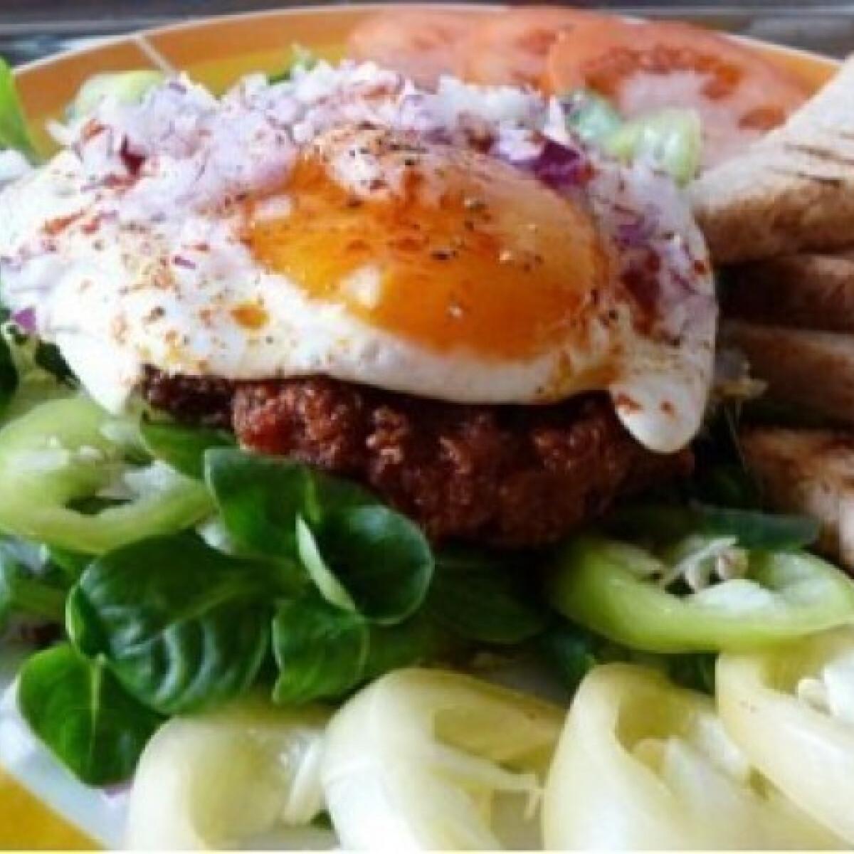 Ezen a képen: Villás reggeli húspogácsával