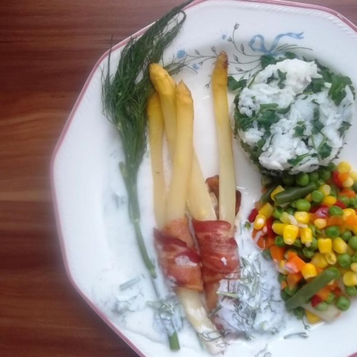 Ezen a képen: Fehérspárga bacon köntösben kapros joghurt mártással