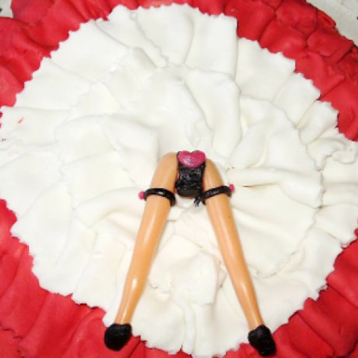 Ezen a képen: Kánkán szoknyás torta