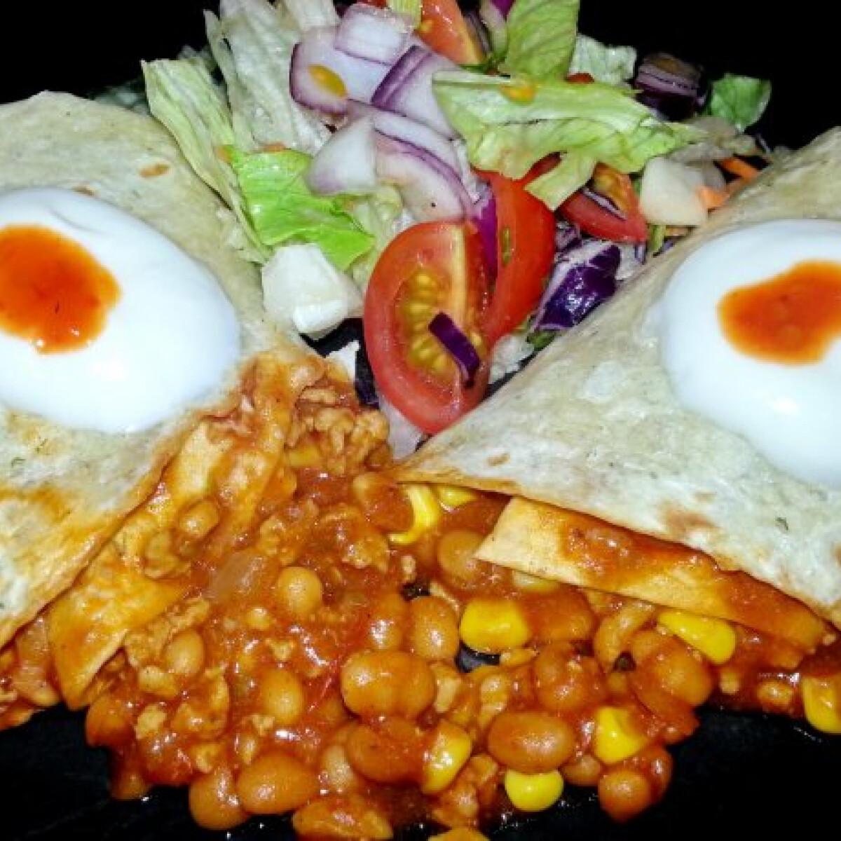 Ezen a képen: Chilis babos tortilla tekercs