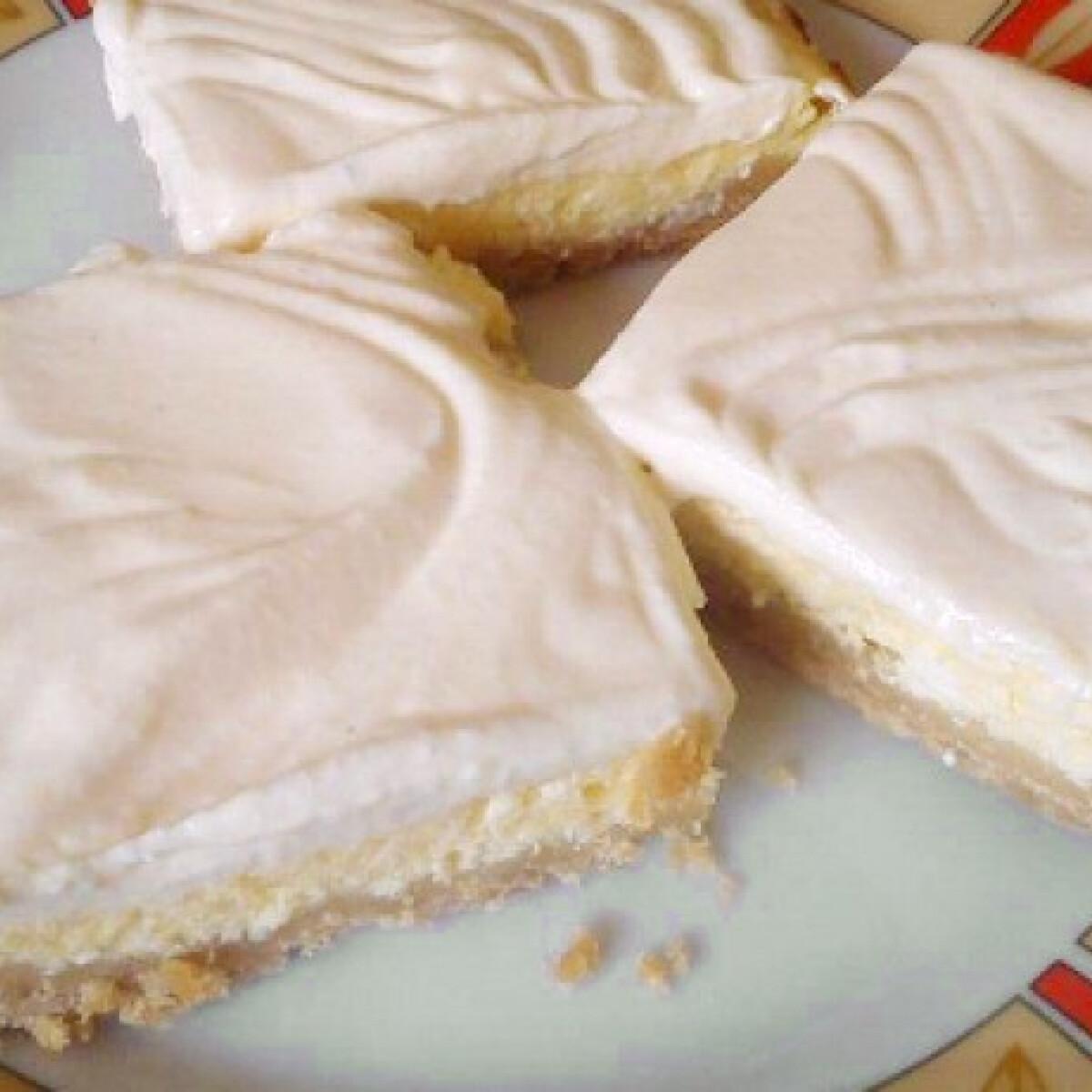 Ezen a képen: Túrós-tejfölös kekszsütemény