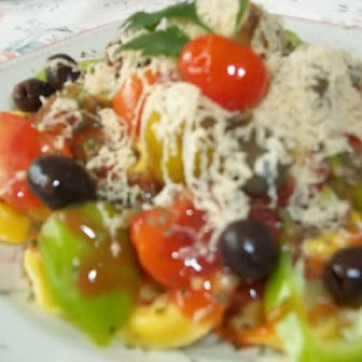 Ezen a képen: Sonkás tortellini ketchuppal chiliszósszal