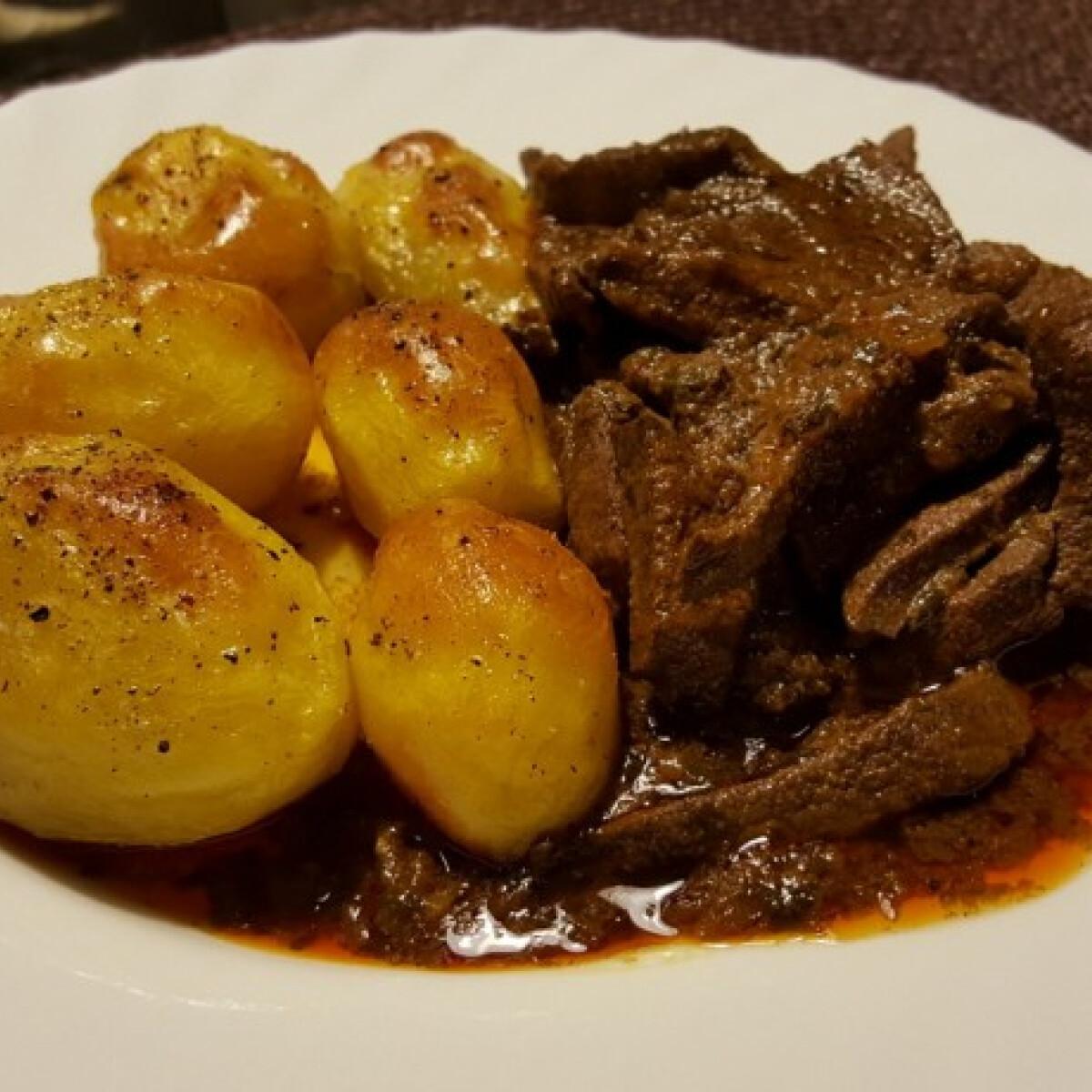 Ezen a képen: Pirított vörösboros sertésmáj egészben sült burgonyával