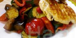 Grillcsirke serpenyős zöldséggel