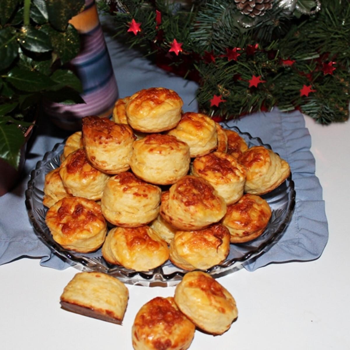 Ezen a képen: Puha hajtogatott pogácsa, a karácsonyi asztalra