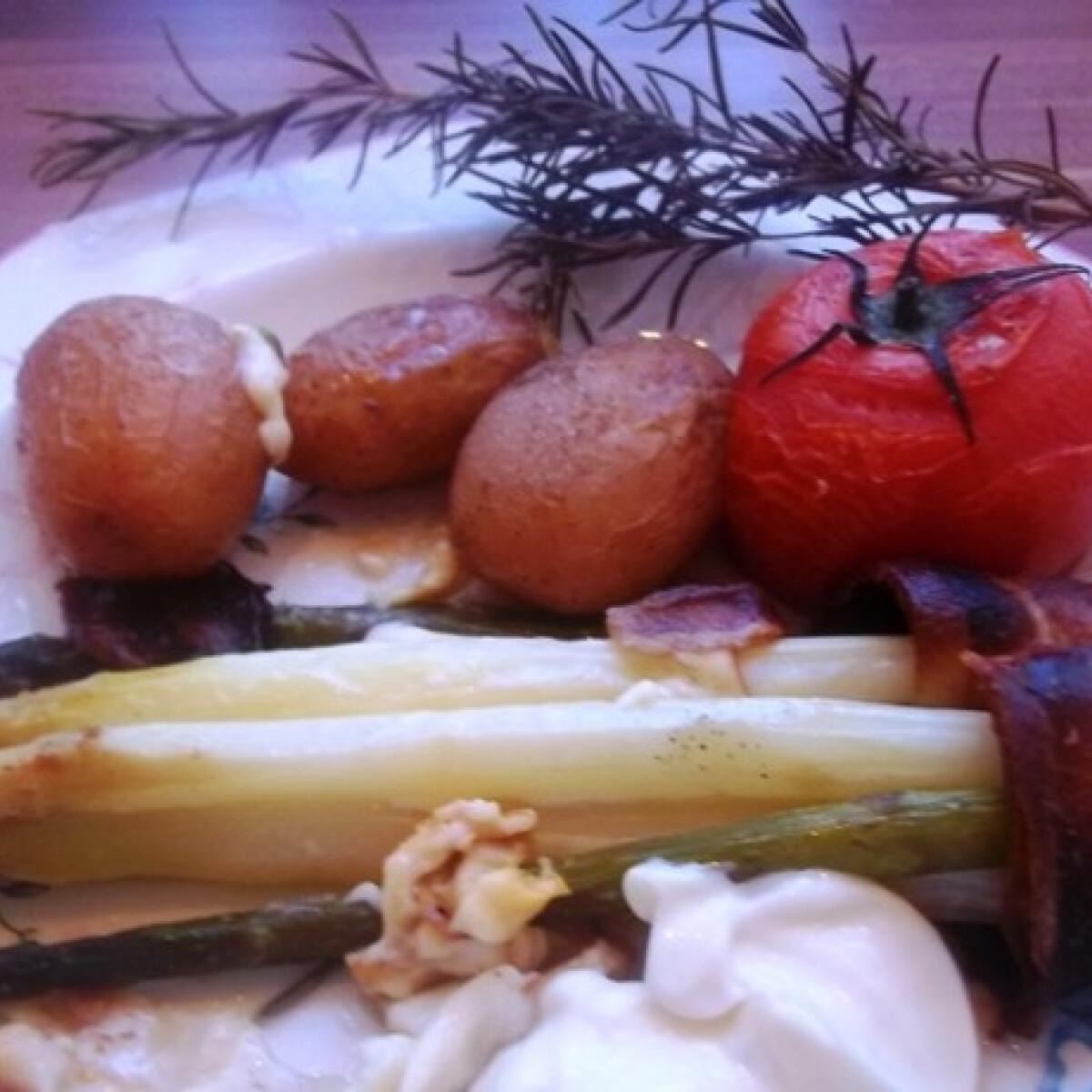 Ezen a képen: Spárgák bacon- és füstöltsajt-köntösben