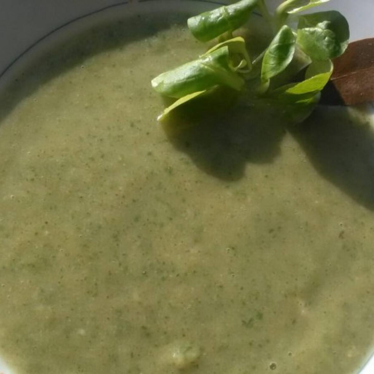 Ezen a képen: Csupazöld méregtelenítő leves