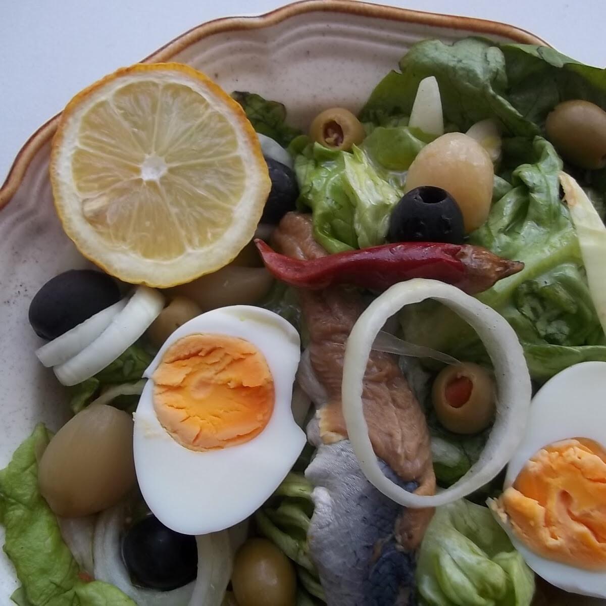 Ezen a képen: Heringsaláta tojással fejes salátával