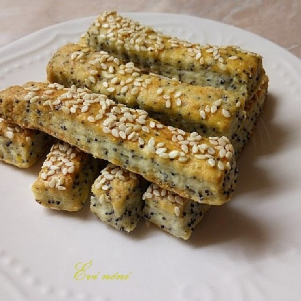 Ezen a képen: Mákos-szezámos-sajtos rudak