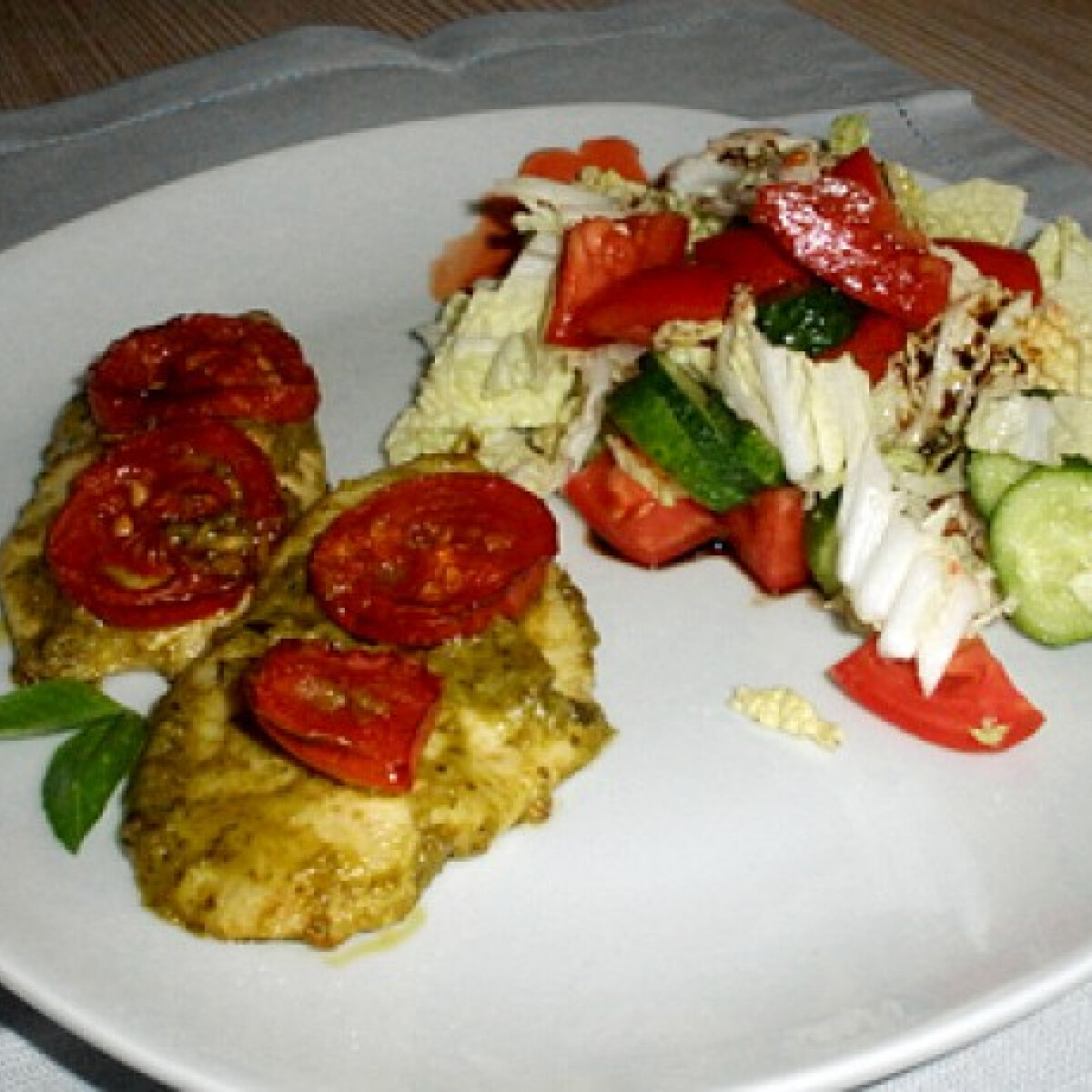 Pesto-s csirke salátával