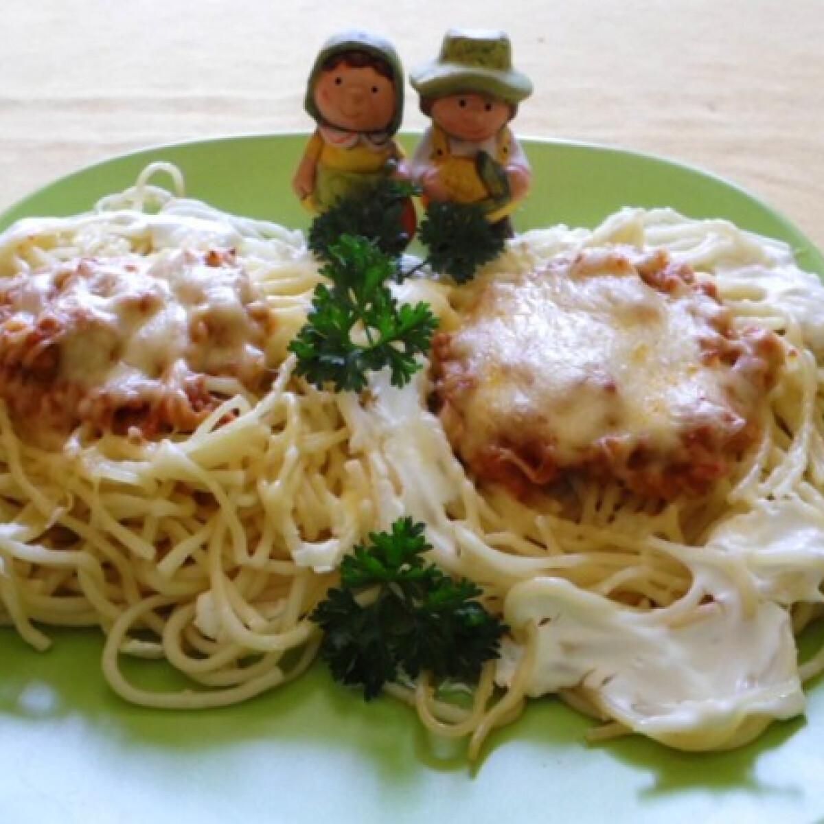 Ezen a képen: Spagettifészekre ültetett pörkölt