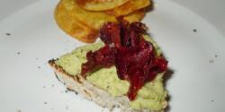 Brokkolis csicserikrém céklachipsszel