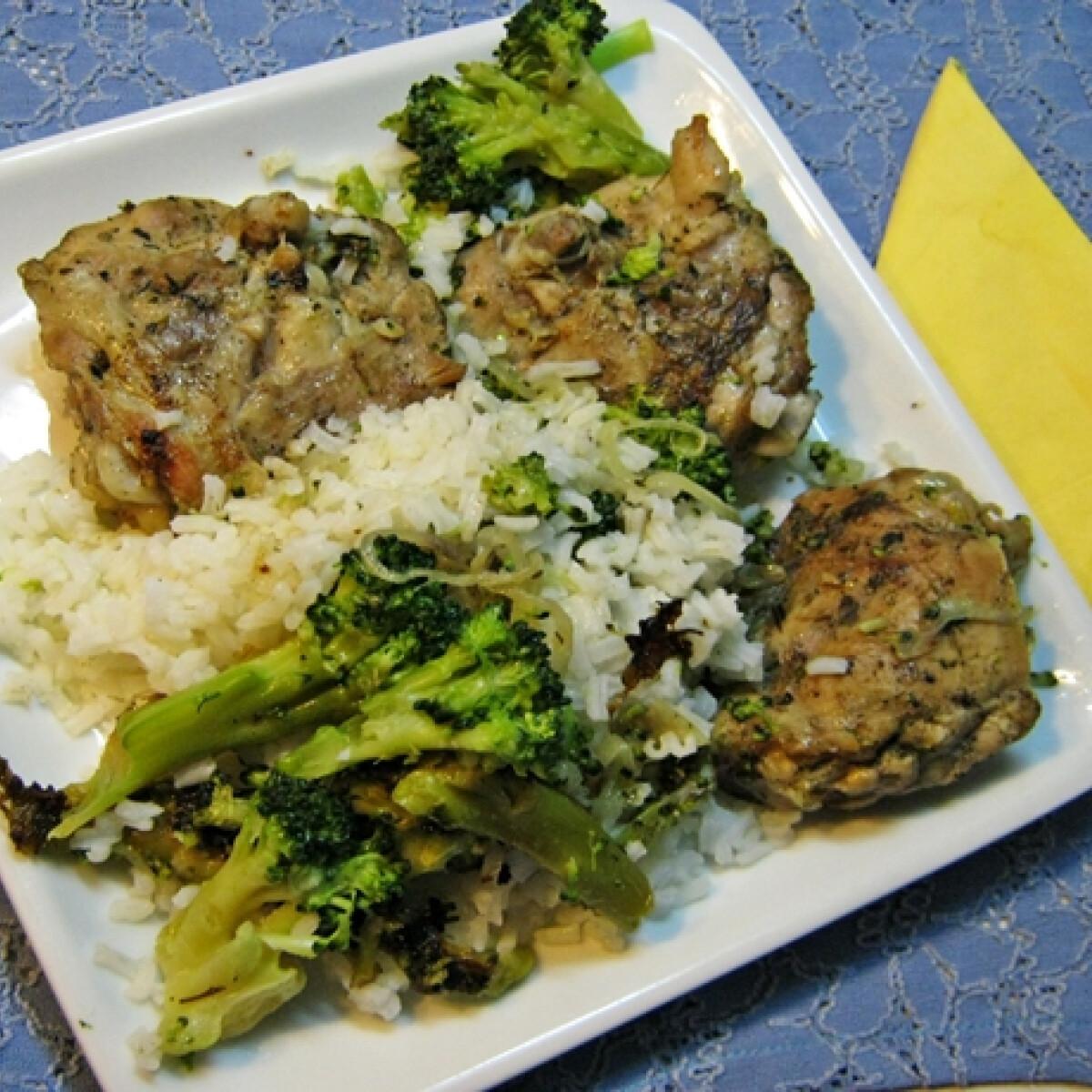 Ezen a képen: Brokkolis csirke kakukkfűvel