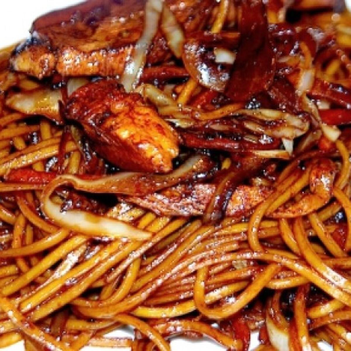 Ezen a képen: Csirkés kínai pirított tészta