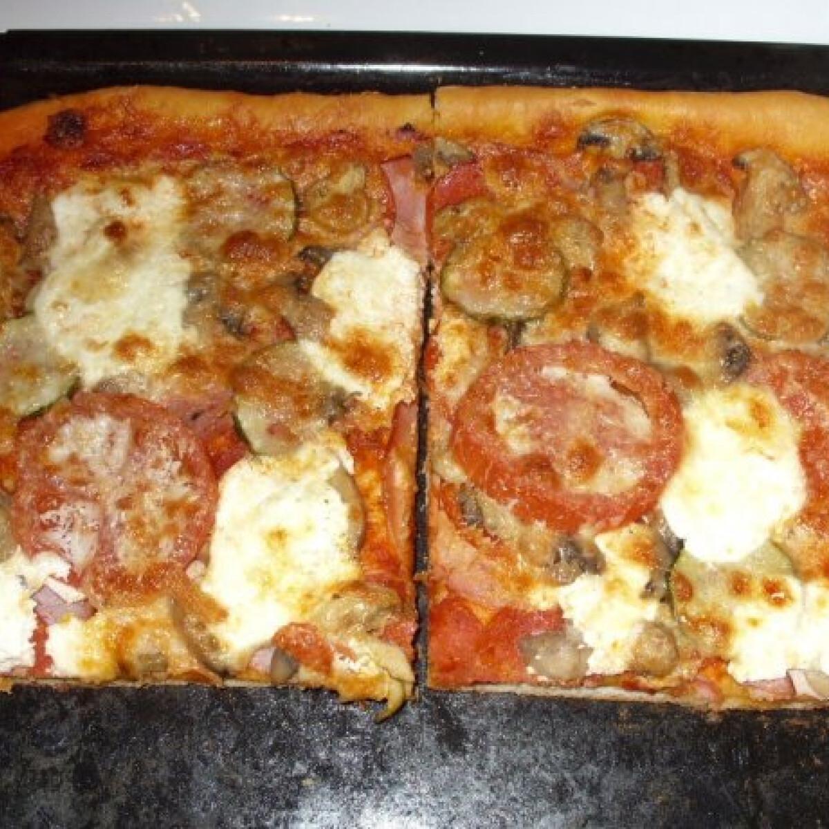 Ezen a képen: Házi sonkás-szalámis-gombás pizza
