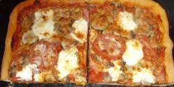 Házi sonkás-szalámis-gombás pizza