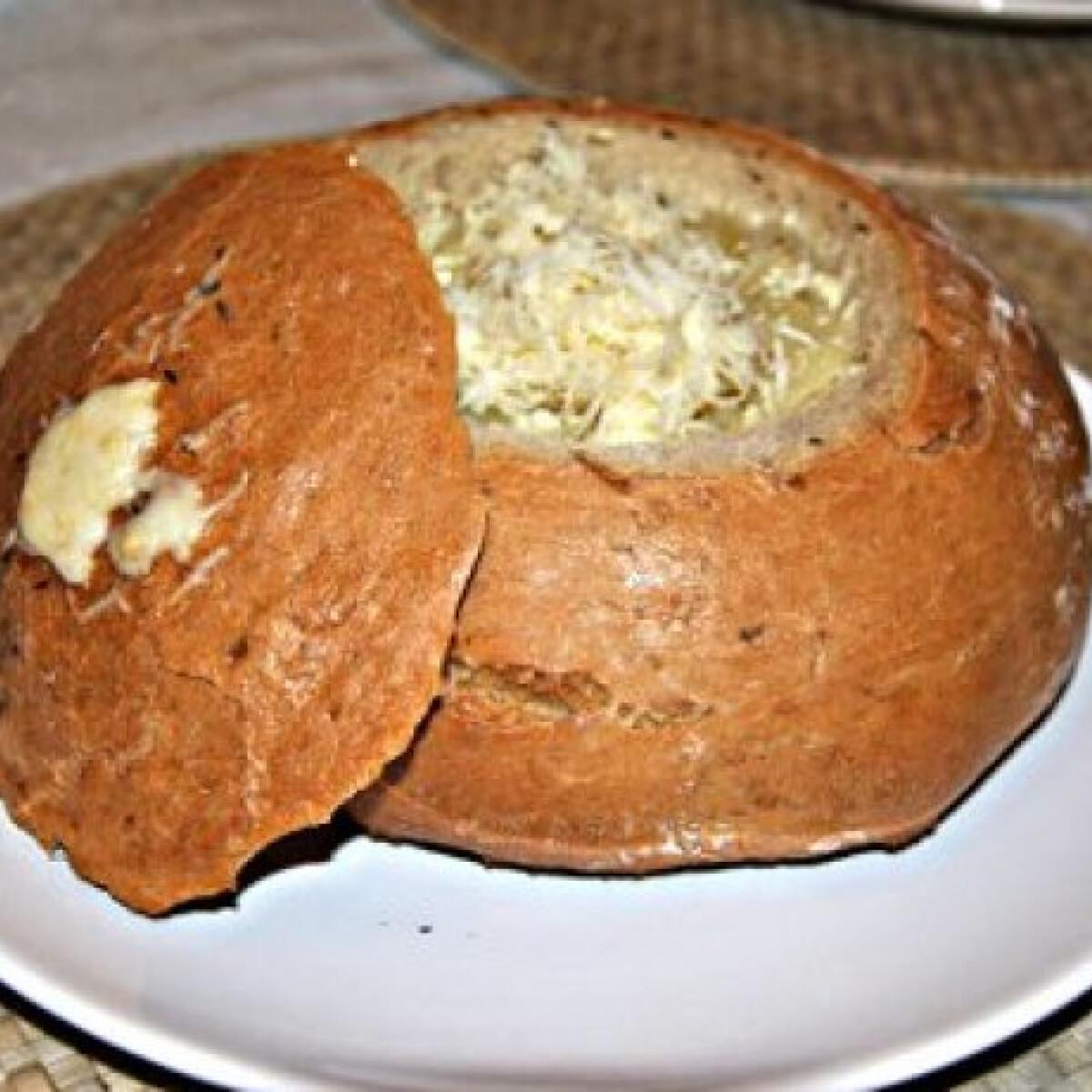 Ezen a képen: Hagymaleves cipóban Myazs konyhájából
