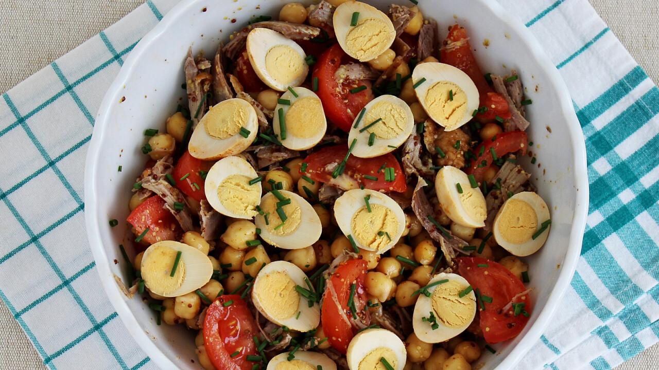 Csicseriborsó-saláta chilis fürjtojással