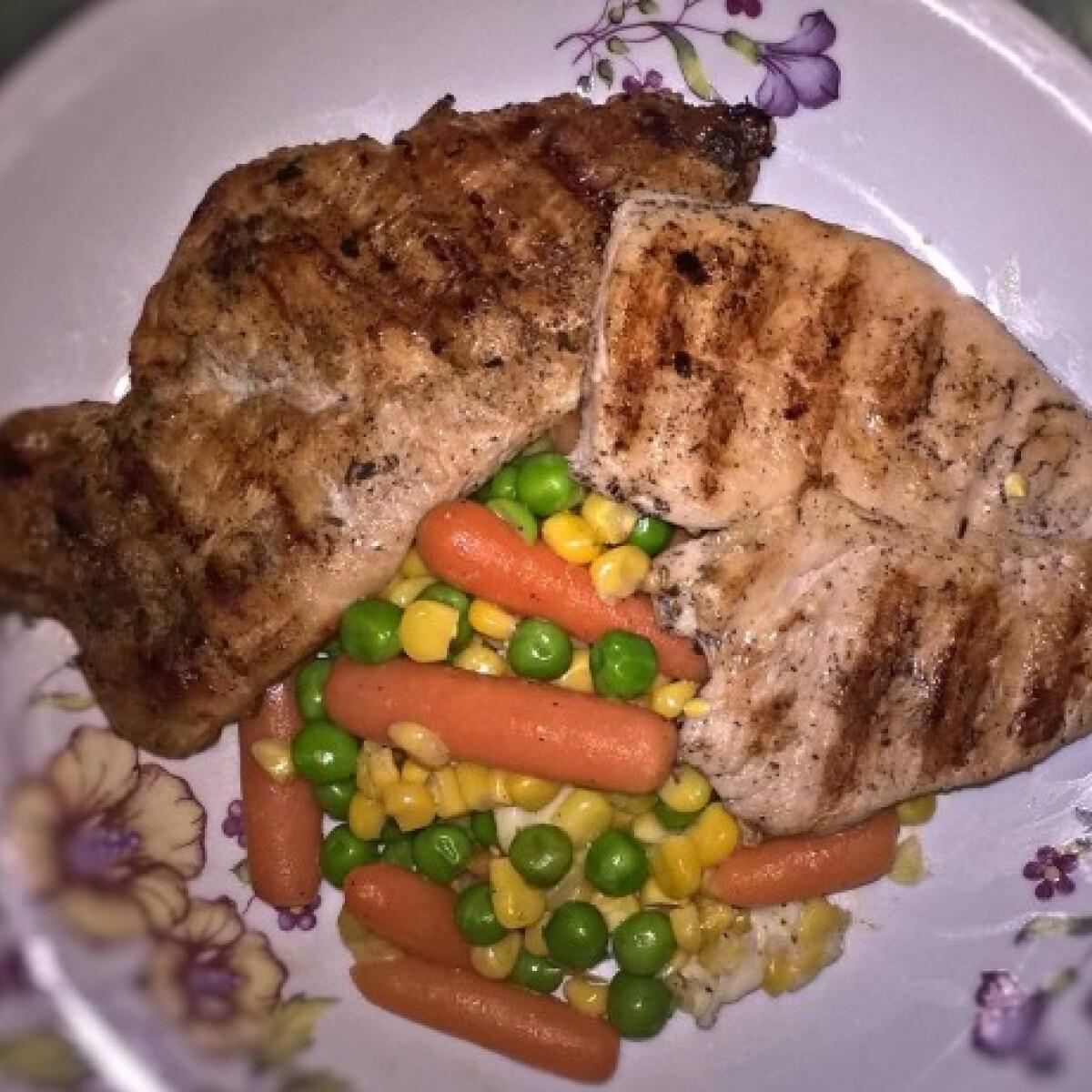 Ezen a képen: Grillezett csirkemell salátával