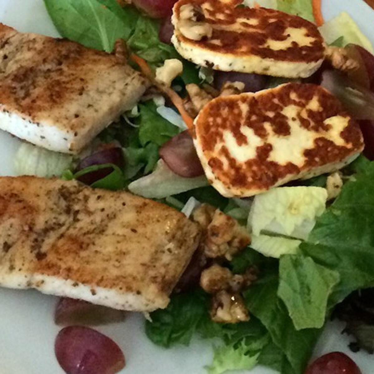 Ezen a képen: Roston sült harcsa grillezett sajttal és salátával