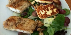Roston sült harcsa grillezett sajttal és salátával