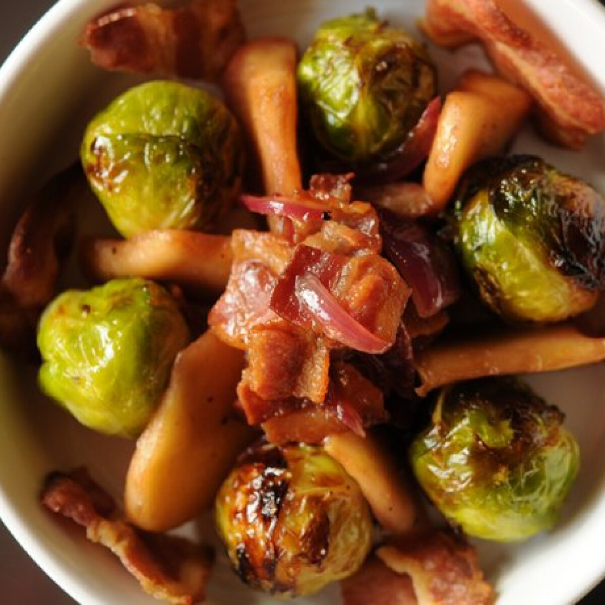 Ezen a képen: Kelbimbó bacon-nel, almával és hagymával