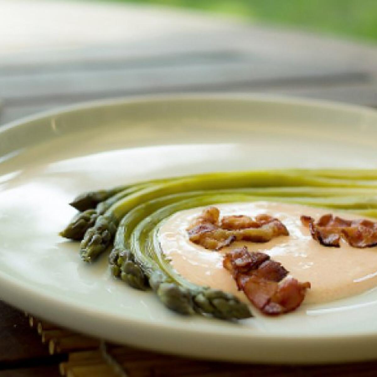 Ezen a képen: Zöldspárga csípős citromos-tejfölös mártással
