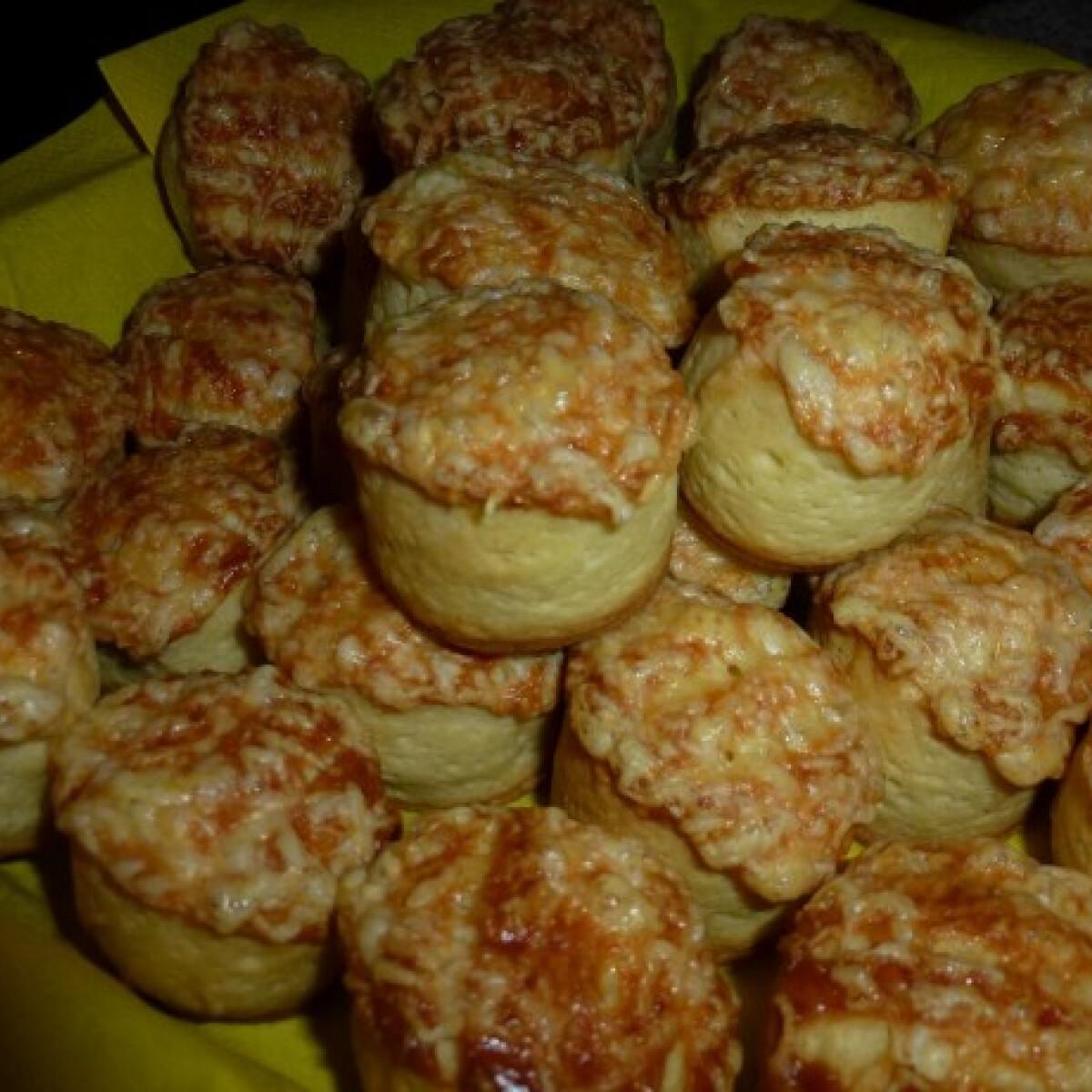 Ezen a képen: Pihe-puha sajtos pogácsa Kapcsa-Iannuzzella konyhájából