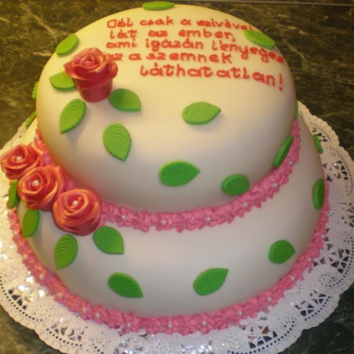 Ezen a képen: Emeletes meggyes-barackos szülinapi torta