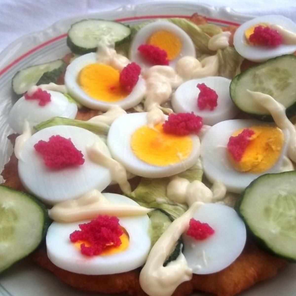 Ezen a képen: Lángos jégsalátával, tojással, halikrával