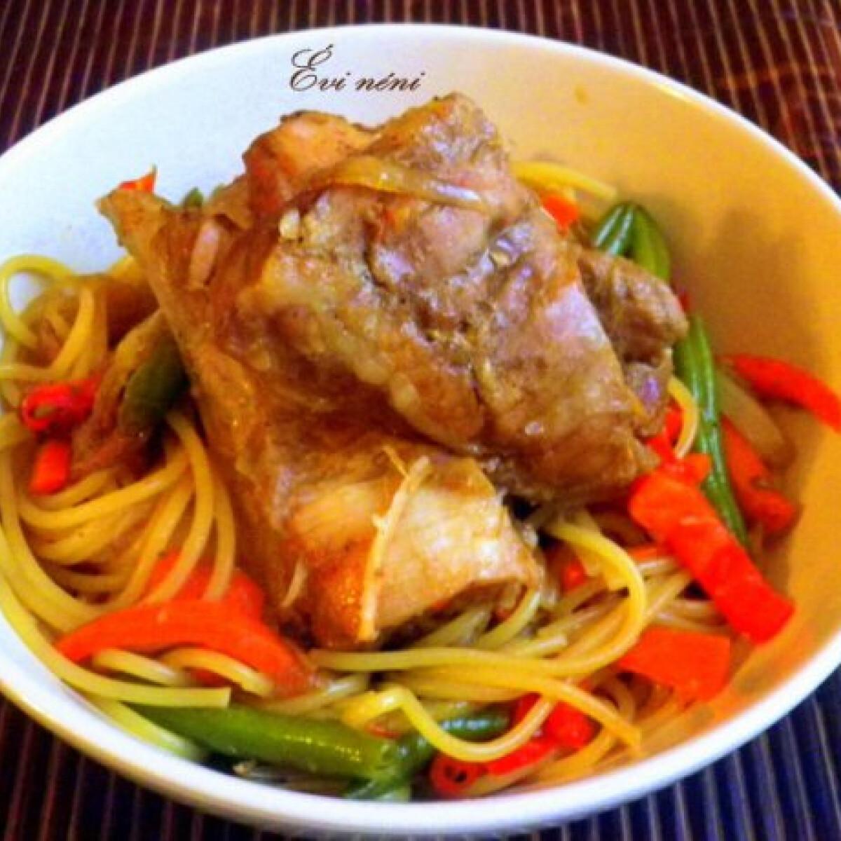 Ezen a képen: Kínai sült oldalas zöldséges tésztával
