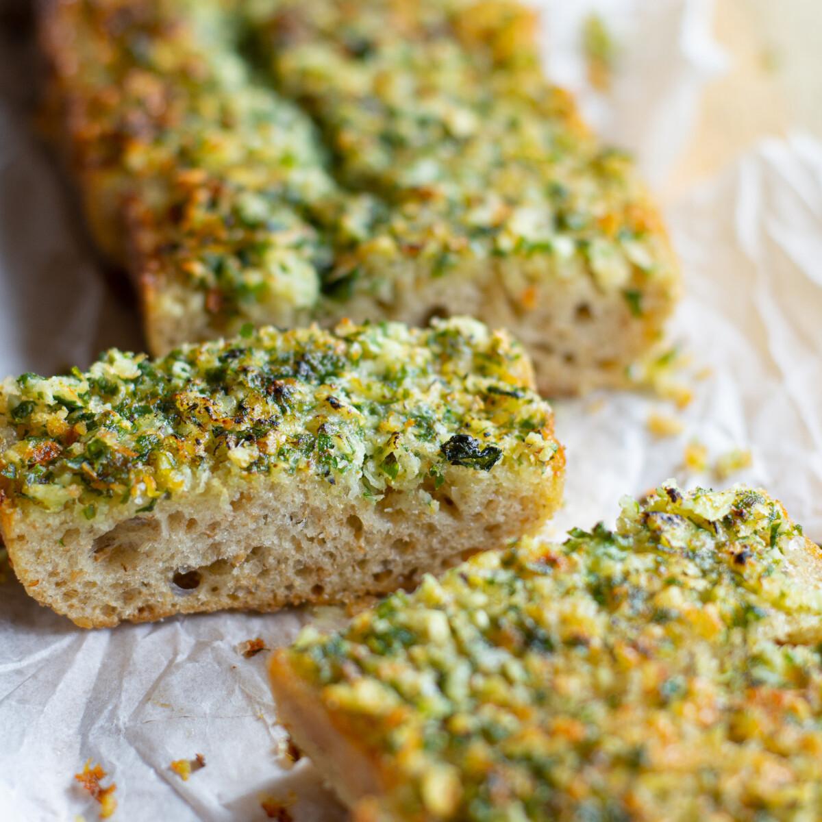 Ezen a képen: Garlic bread, a fokhagymás-fűszervajas bagett