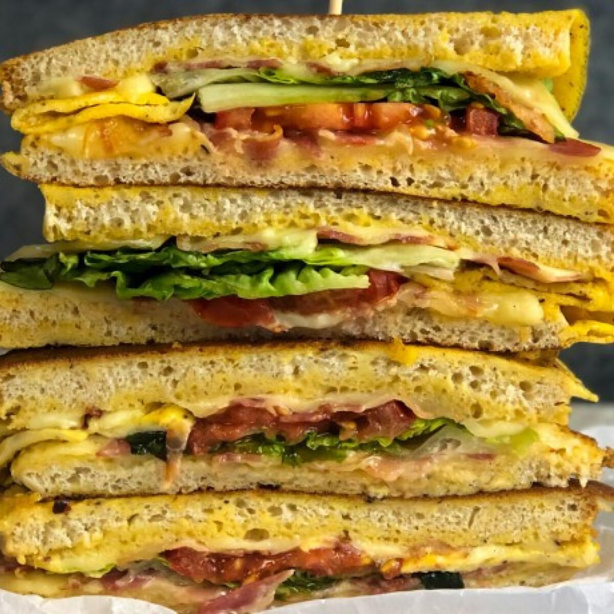 Ezen a képen: BLT-bundás kenyér